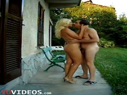 Mettiti Nuda in Giardino ti sto Filmando