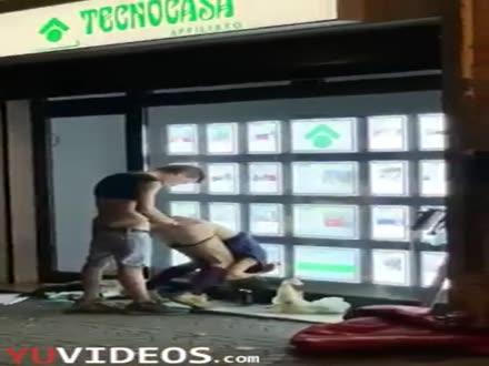 Giovani beccati a scopare davanti TecnoCasa