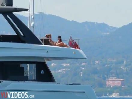 Coppia spiata mentre fanno sesso in barca - Dialoghi Italiani