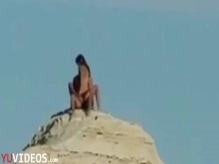 Coppia filmata sugli scogli a Lecce